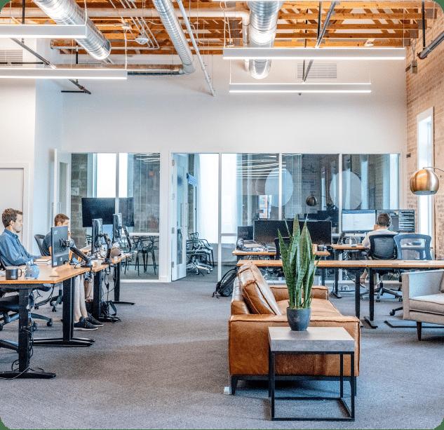 Photo d'espaces de travail : salle de réunion et bureaux individuels